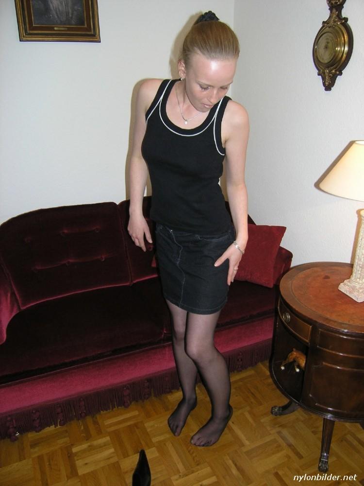 Isabelle auf dem Sofa - Bildergalerie für Nylonfotos