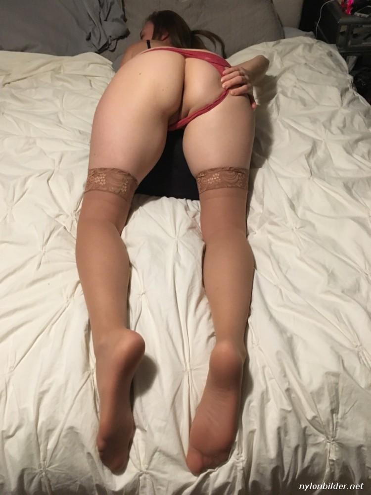 Nackt in strümpfen